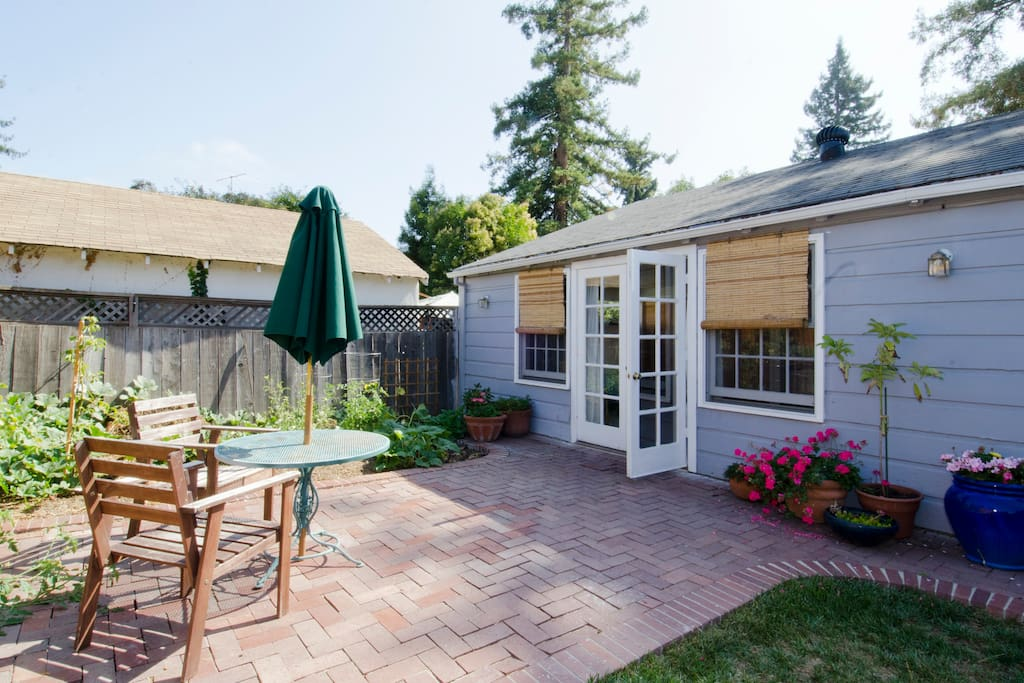 Backyard Cottage Near Downtown MV