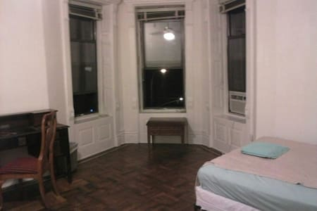 Big room for rent in a charming townhouse with a cool neighborhood around it. This room offer a one queen size, one full size bed and a twin, a TV, refrigerator and microwave. It can sleep up to six people and has two closets for extra storage space.