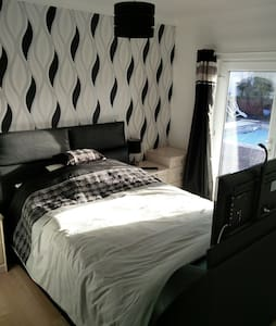Recently Refurbished Bedroom & E/S - Inap sarapan