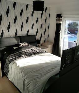 Recently Refurbished Bedroom & E/S - Bed & Breakfast