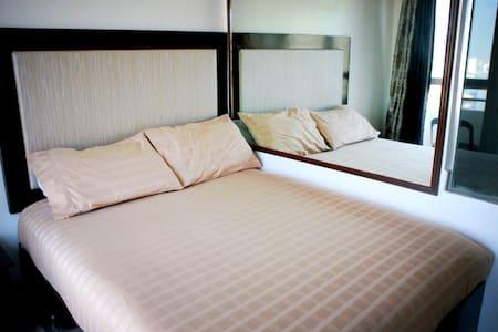 Relaxing 35th floor apartment - Manila