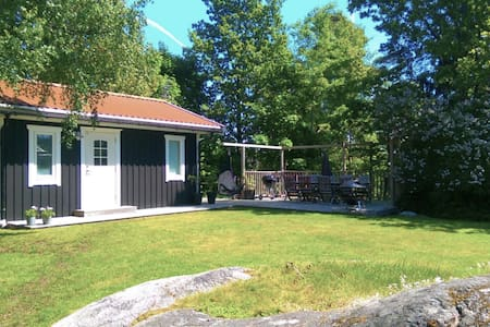 Your own guest house with a big sunny patio - Saltsjö-Boo - Mökki