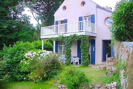 Feunteunigou: cute villa + seaview - Rumah