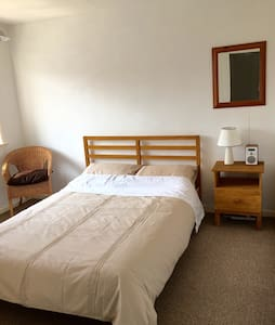 Lovely double room in private house - House