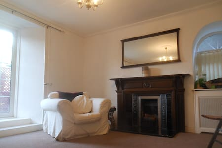 Classic Garden Flat in Stone Villa, Stirling - Apartment