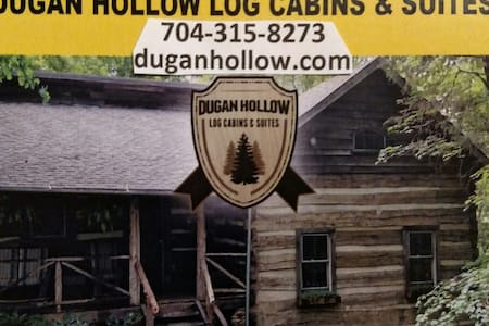 Dugan Hollow Log Cabins & Suites 5 minutes to town - Blockhütte