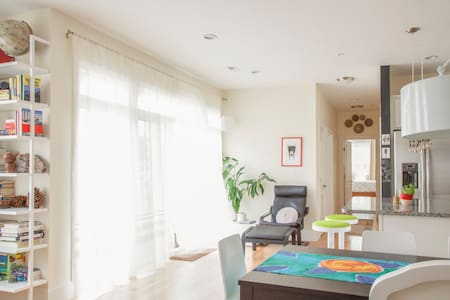 Room w/private bath,parking, 1.2 miles to Davis Sq - Somerville - Apartment