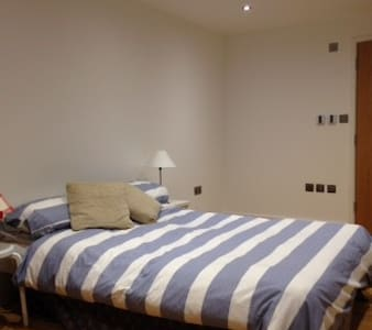 modern self contained room and shower room - Oxford - Cabaña