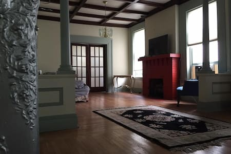 Stately Haunted Colonial - Apartamento