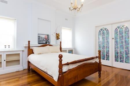 Beautiful Queen Room - Camberwell - Talo