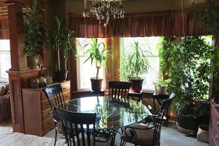 EAST ROOM-Quiet home near UNMC-UNO - Omaha - House