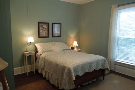 Magnolia House and Gardens Room #1 - Clover - Bed & Breakfast
