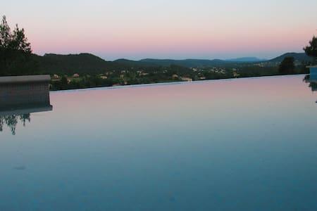 Villa et piscine en Provence Verte