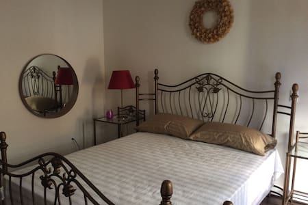 Secluded room with private bath + private balcony - Alhambra - Reihenhaus