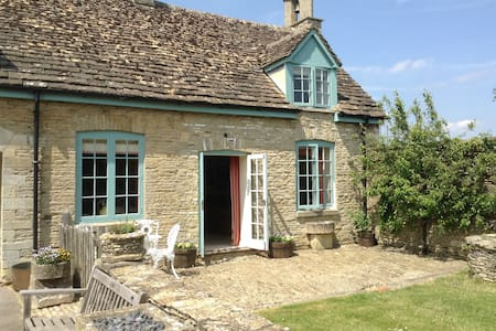 Stables Cottage, Shipton Moyne - Hus