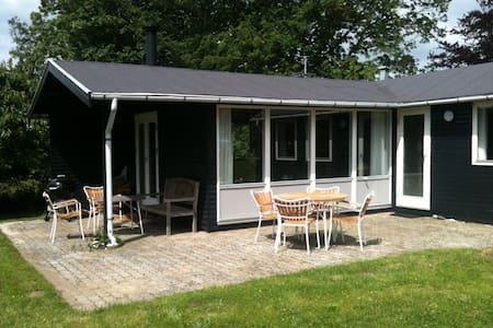Cozy summer house at Helgenæs - Hytte