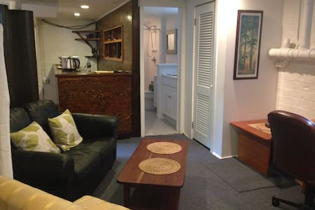 Basement studio, private entrance. - Greenport - Maison