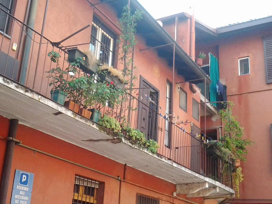 the entrance to the apartment, view from the ground floor - entrata all' appartmanento, dal cortile