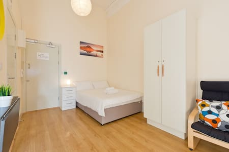 Studio 13 is a cosy & clean second floor studio, with one comfy double bed. Well equipped kitchenette, and separate bathroom. Literally 5 mins walk to O'Connell Street. The Aircoach/bus and Croke Park are nearby too. Top choice for budget travellers.