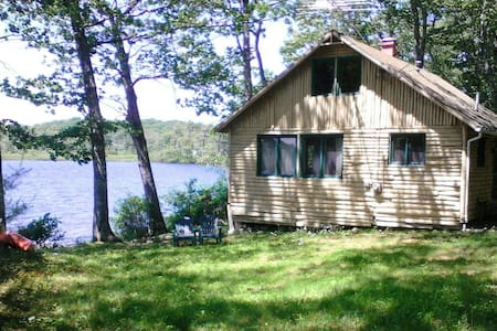 Quiet, Lakefront Cottage - House