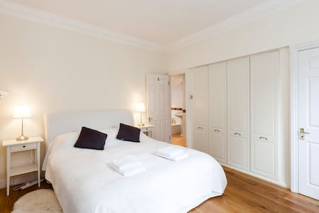 Charming Mayfair 1 bed Mews House - London - House