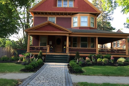 Downtown Queen Victorian 2 bedroom - Saratoga Springs