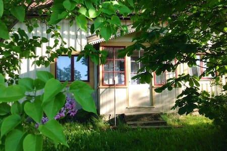 Bohuslänsk stuga med trädgård - Kabin