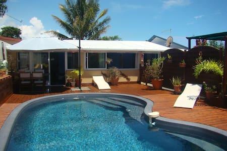 Maison créole avec jardin exotique