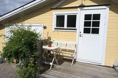 Liten stuga i skärgårdsparadis - Vaxholm - Blockhütte