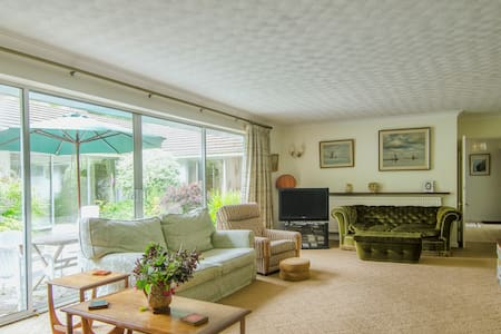 Easy living around sunny courtyard - Camborne - Bungalow