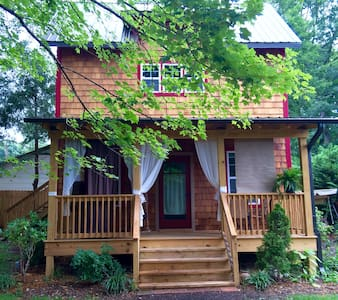 Red Cedar Retreat Walkable to Charming Black Mtn. - Black Mountain - Casa