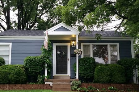 Cozy bungalow near dwntown Kirkwood - Huis