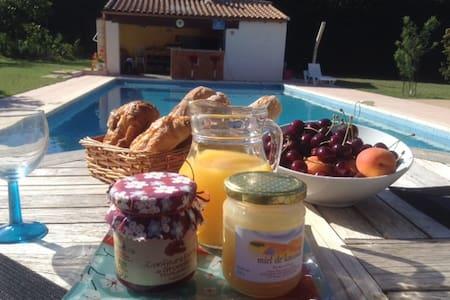 chambre d'hôte sur piscine/jardin méditerranéen - Bed & Breakfast