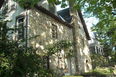 Old World European Stone Home - Walk to Main St - Elkins - Hus