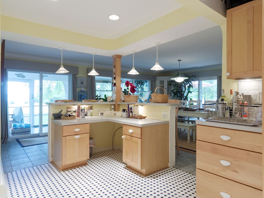 Full kitchen - comes with automatic electric juicer - perfect for crushes!
