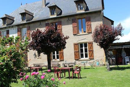 Grande chambre familiale dans maison de maître - Montbazens - Casa