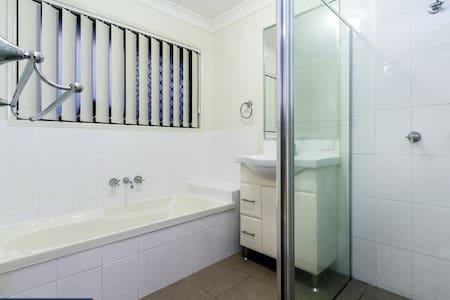 Room in nice house Northside BNE - Warner - Haus
