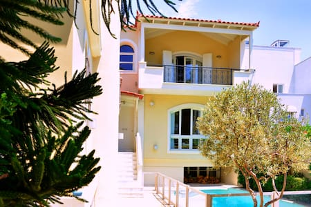 Room type: Entire home/apt Property type: House Accommodates: 6 Bedrooms: 3 Bathrooms: 2.5