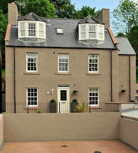 Bright & spacious in the very heart of the village - Auchenblae - Hus