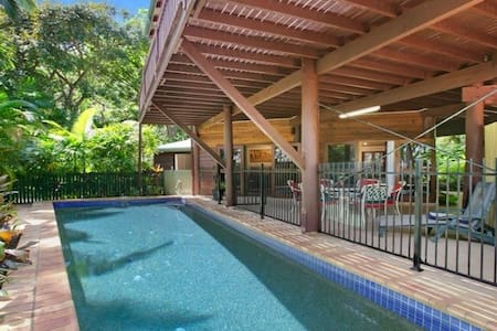 Tropical 2 bedroom poolside apartment - Trinity Beach - Apartament