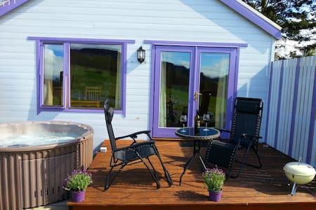 Kinnaird Woodland Lodge, own hot tub by Pitlochry - Casa