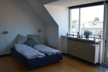 The apartment is 2-3 min. walk to the nearest supermarket and 5-10 min. walk along the river to the pedestrian way and HC Andersens house. So if you want to experience the city of Odense and still have a quiet night sleep this is the perfect choice.