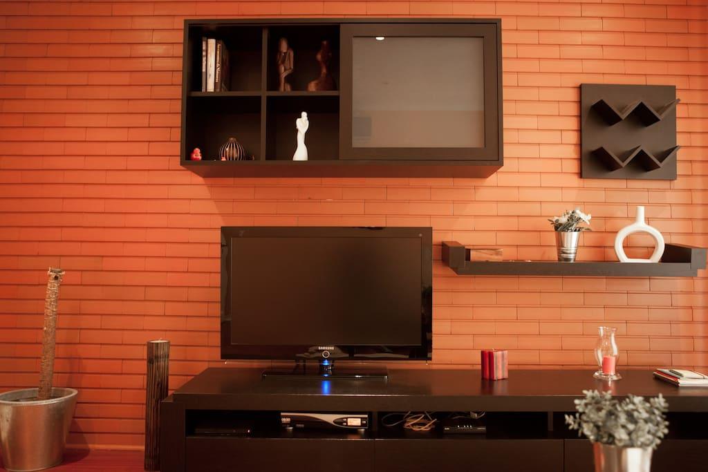"""40"""" Flat TV LCD Screen"""