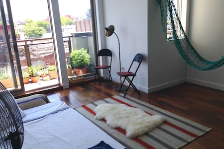 Relax in the hammock, enjoy your morning tea with a view of Brooklyn rooftops. Slide into the bath after a long day's walk in the city. Just five minutes to Pratt Institute, ten minutes to Fort Greene Park and a 30 minute train to Manhattan.