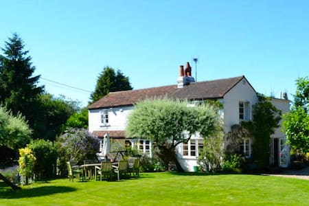Cozy Chilterns cottage near Henley - House