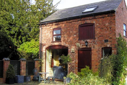 Cosy converted coach house close to town centre. - Townhouse