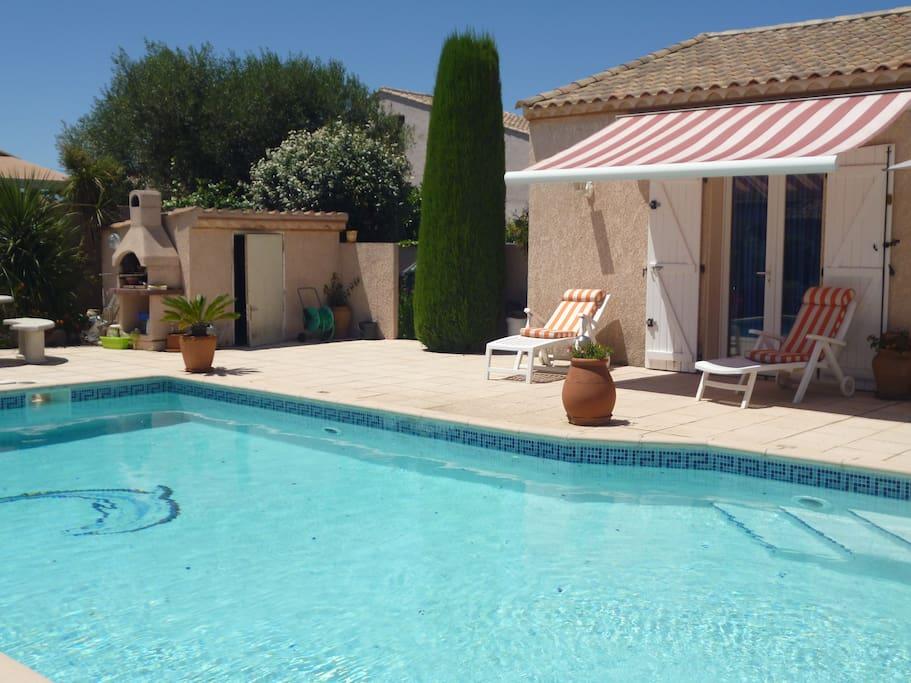 Chambre vue sur piscine et terrasse
