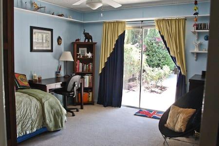 PRIVATE ROOM in quiet home in SFV - Ház