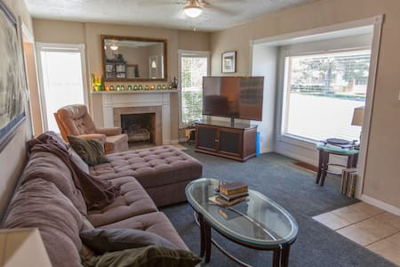 3BDR, Theater, Laundry, close to everything! - Casa