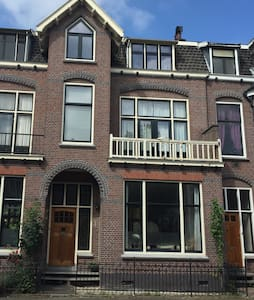 Spacious Utrecht mansion room (1) - Bed & Breakfast